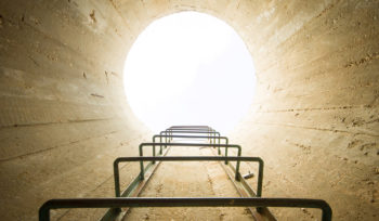 túnel com luz ao fundo