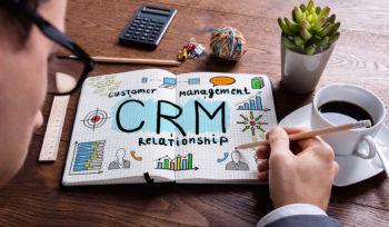apresentação CRM sob a mesa